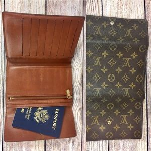 LARGE 💯passport wallet louis vuitton